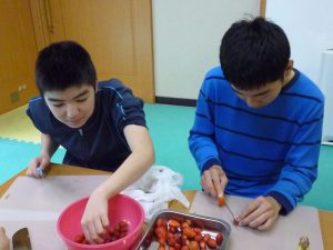 イチゴは半分に、包丁も上手に使えます