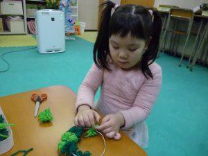リースは1個ずつ巻いた毛糸を結んでいます