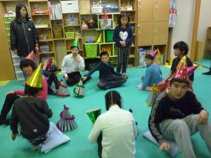クリスマス会でもやりました! 防災頭巾の椅子取りゲーム!